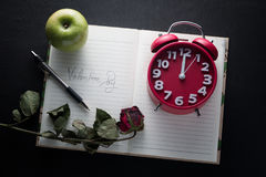 Valentindagkort med härliga röda rosor och anmärkningsboken arkivfoton