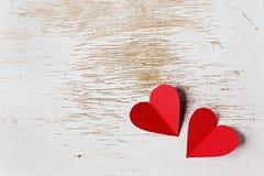 Valentindagkort med hjärtor på en träbakgrund arkivfoton