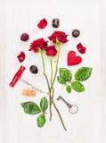 Valentindagkort med röda rosor, tangent, hjärta och korkskruv som komponerar Royaltyfria Bilder