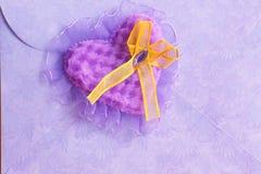 Valentindagkort: purpurfärgad hjärta - materielfoto Royaltyfria Bilder
