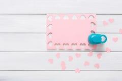 Valentindagkort, scrapbooking bakgrund för hantverk, form för hjärta för hålstansmaskin royaltyfria foton