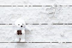 Valentindagkort, snöflingor, hjärtor och leksakbjörn på den ljusa trätabellen, vita flingor av snö på xmas-skrivbordet, hol för g royaltyfri bild