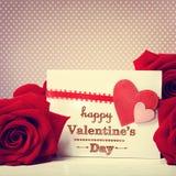 Valentindagmeddelande med röda rosor arkivfoto