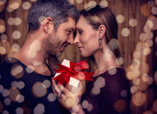 Valentindagpartnerskap med gåva Arkivbilder