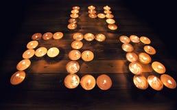 Valentindagsammansättning: 14 av Februari som är skriftlig med stearinljus Arkivbild