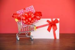 Valentindagshopping och ask för gåva för gåvakort/rosa närvarande ask med den röda bandpilbågen på gåvakort arkivfoton