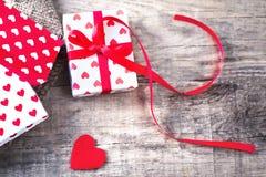 Valentine's与红色心脏的天卡片,有红色丝带的礼物盒 免版税库存图片