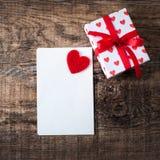 Valentine's与邀请卡片的天墙纸与红色心脏 免版税库存图片