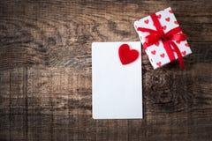 Valentine's与邀请卡片的天墙纸与红色心脏 免版税库存照片