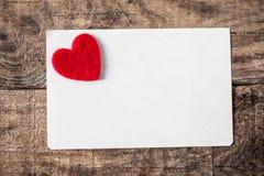 Valentine's与邀请卡片的天墙纸与红色心脏 库存照片