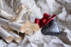 Valentine's dagbakgrund, hjärta med lilor bugar, och tappning bläddrar Design för hälsningkort eller inbjudan Royaltyfri Foto