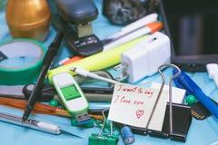 Valentine's dagmeddelande som är skriftligt med rött färgpulver på en notepad, iso royaltyfri foto