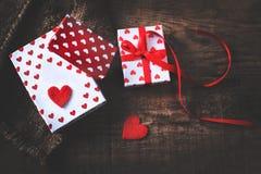 Valentine's-Tageskarte mit roten Herzen, Geschenkbox mit rotem Band Stockbild