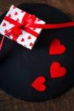 Valentine's-Tageskarte mit roten Herzen, Geschenkbox mit rotem Band Lizenzfreies Stockfoto