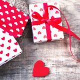 Valentine's-Tageskarte mit roten Herzen, Geschenkbox mit rotem Band Lizenzfreies Stockbild