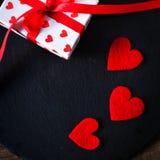 Valentine's-Tageskarte mit roten Herzen, Geschenkbox mit rotem Band Stockbilder