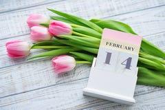 Valentine's-Tagesstillleben mit empfindlichen rosa Tulpen Stockfoto