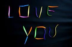 Valentine 'LOVE U Mijn ' een brief met kleurrijke bloembloemblaadjes royalty-vrije stock foto