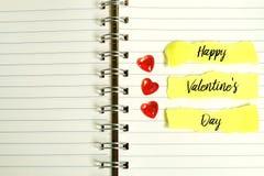 Valentine& x27 θέμα ημέρας του s Μια μικρή κόκκινη καρδιά σε ένα βιβλίο που γράφονται με & x27 ΕΥΤΥΧΕΣ VALENTINE& x27 S DAY& x27  Στοκ Εικόνα