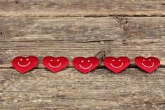 Valentine& x27 κόκκινες καρδιές ημέρας του s στο παλαιό ξύλινο υπόβαθρο Στοκ φωτογραφία με δικαίωμα ελεύθερης χρήσης