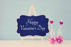 Valentine& x27 ρομαντικό υπόβαθρο ημέρας του s με την πλαστική λάμπα φωτός με τις γλυκές καραμέλες μορφής καρδιών και εορταστικά  Στοκ φωτογραφία με δικαίωμα ελεύθερης χρήσης