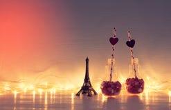 Valentine& x27 ρομαντικό υπόβαθρο ημέρας του s με την πλαστική λάμπα φωτός με Στοκ Φωτογραφίες