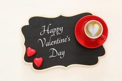 Valentine& x27 υπόβαθρο ημέρας του s κόκκινο φλιτζάνι του καφέ με τον αφρό και τη σοκολάτα μορφής καρδιών Τοπ εικόνα άποψης Στοκ φωτογραφία με δικαίωμα ελεύθερης χρήσης