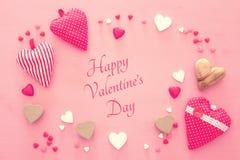 Valentine& x27 υπόβαθρο ημέρας του s με πολλές καρδιές πέρα από το ξύλινο ρόδινο υπόβαθρο Στοκ εικόνες με δικαίωμα ελεύθερης χρήσης
