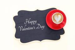 Valentine& x27 υπόβαθρο ημέρας του s με τον κόκκινο αφρό μορφής φλιτζανιών του καφέ και καρδιών Τοπ εικόνα άποψης Στοκ εικόνες με δικαίωμα ελεύθερης χρήσης