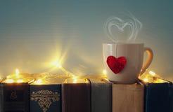 Valentine& x27 υπόβαθρο ημέρας του s Φλιτζάνι του καφέ ή τσάι ή καφές πέρα από τα παλαιά βιβλία Στοκ φωτογραφία με δικαίωμα ελεύθερης χρήσης