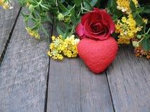 Valentine-achtergrond, nam en rood hart op oude houten achtergrond toe Royalty-vrije Stock Foto