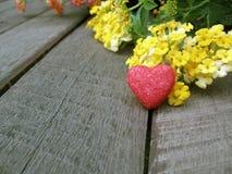 Valentine-achtergrond, rood hart met gele bloemen Stock Afbeeldingen