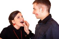 Valentine alimentant avec du chocolat photographie stock