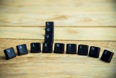 Valentine avec le mot d'amour sur le plancher en bois Photo libre de droits