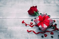 Free Valentine Background With Red Rose Flower And Small Present Box On Rustic Wood Stock Photo - 108064130
