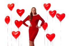 Valentine Beauty flicka med färgrika luftballonger som skrattar som isolerar på bakgrund royaltyfria bilder