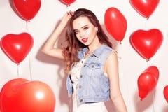 Valentine Beauty-Mädchen mit roten Luftballonen lachend, auf weißem Hintergrund Schöne glückliche junge Frau Der Tag der Frau Url stockbilder