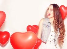 Valentine Beauty-Mädchen mit roten Luftballonen lachend, auf weißem Hintergrund Schöne glückliche junge Frau Der Tag der Frau Url lizenzfreie stockfotos