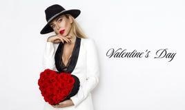 Valentine Beauty, muchacha elegante con el corazón rojo con las rosas Retrato de un modelo femenino joven con el regalo y el somb fotos de archivo libres de regalías