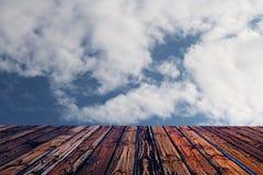 Valentine brune en bois colorée de fond de tache floue de fleur de coeur de table colorée de vert bleu de ciel bleu de table de b Images libres de droits