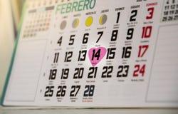Valentine& x27; calendário do dia de s que mostra 14o fevereiro com coração Destacando a data romântica especial foto de stock royalty free