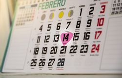 Valentine& x27; calendario di giorno di s che mostra il quattordicesimo febbraio con cuore Messa in evidenza della data romantica fotografia stock libera da diritti