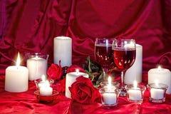 Valentine Candlelight, vin och rosor Royaltyfria Foton