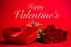 Valentine Candy Box y rosas en fondo rojo Fotografía de archivo libre de regalías