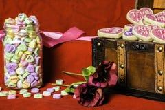 Valentine Candy Hearts y galletas Fotos de archivo libres de regalías