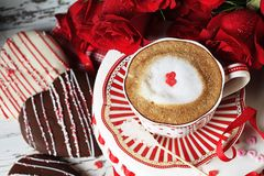 Valentine Cappucino avec les coeurs rouges de sucrerie Photos stock