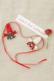 Valentine, carte de voeux avec le petit ruban rose et rouge rouge dedans Photos stock