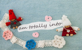 Valentine, carte de voeux avec les coeurs, les fleurs et le tricotage roses Photo stock