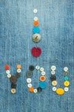 Valentine, carte de voeux avec tricoter le coeur et le multicolore rouges Photographie stock libre de droits