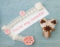 Valentine, carte de voeux avec tricoter les coeurs, la fleur et le c roses Image libre de droits